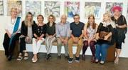 Eine abwechslungsreiche Ausstellung in der Galerie L33: Neun von zwölf Künstler sitzen auf dem Bänkli, das sich unter der Bildergalerie von Ruth Roth, Klingnau, geradezu für eine Aufnahme anbot. (Bild: Heidy Beyeler)