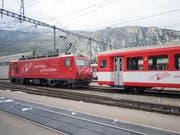 Die Entgleisung eines Regionalzugs der Matterhorn-Gotthard-Bahn bei Fiesch im Oberwallis ist am Samstagabend glimpflich ausgegangen. Verletzt wurde niemand. (Bild: KEYSTONE/URS FLUEELER)