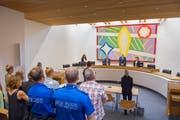 Bei der Urteilsverkündung müssen auch die Kantonspolizisten aufstehen. Sie sind – wie bei echten Prozessen – zur Sicherheit der Besucher da. (Bild: Urs Bucher)