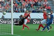 Eines von sechs Toren: Der Freistoss von Xherdan Shaqiri ist das Tor zum 3:0 für die Schweiz. (Bild: Georgios Kefalas/Keystone (St. Gallen, 8. September 2018))