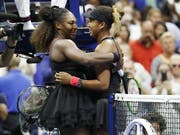 Serena Williams (links) gratuliert Naomi Osaka zum ersten Grand-Slam-Titel (Bild: KEYSTONE/EPA/JOHN G. MABANGLO)
