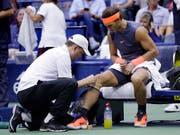 Rafael Nadal wurde im Halbfinal am US Open in New York von einer Knieverletzung gestoppt (Bild: KEYSTONE/AP/SETH WENIG)