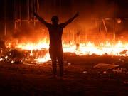Brennende Häuser in der südostirakischen Metropole Basra. (Bild: KEYSTONE/AP/NABIL AL-JURANI)