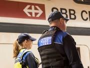 Die Transportpolizei der SBB zieht sich aus den Extrazügen zurück, mit denen Fussballfans transportiert werden. Um Geld zu sparen, überlassen die SBB diese Aufgabe zusehends den Fanbetreuern der Clubs. (Bild: KEYSTONE/CHRISTIAN BEUTLER)
