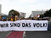 Die Bewegung Pro Chemnitz verlangt einen Stopp der Zuwanderung - vor allem von Muslimen (ähnlich der Pegida) und demonstriert mit dem Slogan «Wir sind das Volk», weil sie sich von der etablierten Politik ignoriert fühlt. Verbindungen zur Nazi-Szene sind teilweise nachgewiesen. (Bild: KEYSTONE/EPA/FRANZ FISCHER)