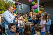 Schulleiter Daniel Schwarzentruber übergibt den symbolischen Schlüssel an die Kindergärtler. (Bild: Philipp Schmidli (Udligenswil, 7. September 2018))