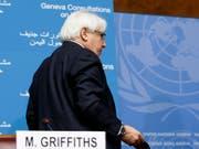 Die ersten Jemen-Gespräche seit zwei Jahren sind gescheitert, bevor sie überhaupt beginnen konnten: Uno-Vermittler Martin Griffiths verlässt das Podium nach einer Pressekonferenz in Genf. (Bild: KEYSTONE/SALVATORE DI NOLFI)