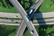 Das Uvek muss nun prüfen, welche Vor- und Nachteile eine Auslagerung von Bau und Betrieb der Autobahnen hätten. Blick auf das Autobahnkreuz Ecublens-Crissier, A1, Waadt. ((Bild: Laurent Gilliéron/Keystone (17. Mai 2018))