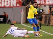 Neymar (am Ball) traf im ersten Nach-WM-Testspiel von Brasilien gegen die USA (Bild: KEYSTONE/AP/JULIO CORTEZ)