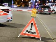 Ein Betrunkener hat in der Nacht auf Samstag in Nyon mit einer Schrotflinte aus einem Haus geschossen. Verletzt wurde niemand. (Bild: KEYSTONE/CHRISTIAN BRUN)