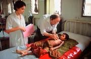 Beat Richner im Jahr 2001 in Siem Reap. (KEYSTONE/Gary Kieffer)