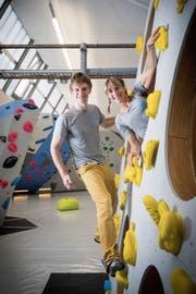 Jonas Fiedler und Initiantin Lena Stürm in der neuen Boulderhalle im Lerchenfeld. (Bild: Ralph Ribi)
