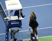 Serena Williams diskutiert während des Finalspiels mit dem Schiedsrichter. (Bild: Greg Allen/Invision/AP (New York, 8. September 2018))