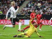 Julian Brandt lupft den Ball über Perus Goalie Pedro Gallese zum 1:1 (Bild: KEYSTONE/EPA/ARMANDO BABANI)