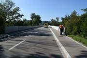 Unfallaufnahme auf der Maillartbrücke zwischen Zuzwil und Henau: Ein E-Bike-Fahrer ist am Samstag gestürzt beim Versuch, auf den erhöhten Fahrweg zurückzugelangen. (Bild: Kapo)