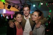 Geniessen den Abend: Die Romanshorner Patricia Honegger, Aron Signer und Sandra Himmelberger. (Bild: tgplus.ch/Chris Marty)