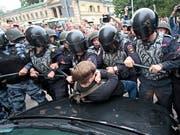Robuster Einsatz fürs Vaterland: Russische Polizei in St. Petersburg macht Protesteilnehmer gegen die Rentenerhöhung unschädlich. (Bild: KEYSTONE/AP/VALENTIN EGORSHIN)