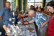 Strahler Robi Herger (links) im lockeren Gespräch mit fachkundiger Kundschaft. (Bild: Georg Epp)