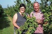 Ursula und Albert Forster sind die einzigen Haselnussbauern Gossaus. Bei der Familie stehen 280 Bäume. (Bilder: Martin Brunner)