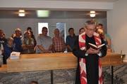 Pater Dominik segnete das Gemeindehaus. (Bild: Birgit Scheidegger (Lungern, 9. September 2018))