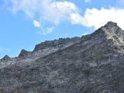 Eine Felsplatte geriet am Piz Cavardiras ins Rutschen und klemmte einen Berggänger ein. Dieser konnte befreit und verletzt ins Spital geflogen werden. (Bild: Kantonspolizei Graubünden)