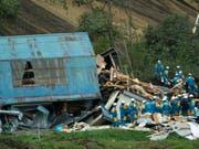 Im Norden Japans suchen auch am Sonntag weiterhin tausende Rettungskräfte nach Überlebenden der Erdbebenkatastrophe vom Donnerstag. (Bild: KEYSTONE/AP/EUGENE HOSHIKO)