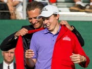 Matthew Fitzpatrick lässt sich in das «Red Jacket» einkleiden (Bild: KEYSTONE/ALEXANDRA WEY)
