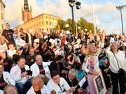 Parteianhänger der Schwedendemokraten in Stockholm. (Bild: KEYSTONE/EPA TT NEWS AGENCY/MAJA SUSLIN)