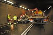 Wegen des Brands und der Bergung des Fahrzeugs blieb der Gotthard-Strassentunnel rund 2 Stunden lang gesperrt. (Bild: Kantonspolizei Uri, Hospental, 31. Dezember 2018)