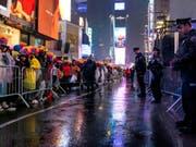 Am New Yorker Times Square mussten die Besucher bei Regen auf den Beginn des Jahres 2019 warten. (Bild: KEYSTONE/FR61802 AP/CRAIG RUTTLE)