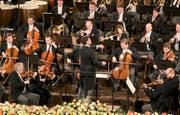 Christian Thielemann dirigiert das Orchester. Bild: Ronald Zak / AP