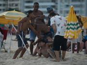 Streit um Diebstahl auch am Silvestertag am Strand von Rio de Janeiro - der neue brasilianische Präsident Jair Bolsonaro will ab Dienstag im grössten Land Lateinamerikas mit harter Hand durchgreifen und solche Situationen vermeiden. (Bild: KEYSTONE/AP/LEO CORREA)