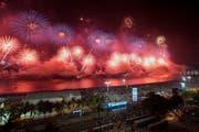 Feuerwerk an der Copacabana in Rio de Janeiro. (Bild: AP Photo/Leo Correa)