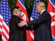 Nordkoreas Machthaber Kim Jong Un will die Gespräche mit US-Präsident Donald Trump über das Atomwaffenprogramm seines Landes fortsetzen - er droht den USA am Dienstag aber gleichzeitig. (Bild: KEYSTONE/AP/EVAN VUCCI)