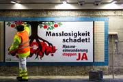 Eine Plakatkampagne der SVP im Jahr 2013. Seither ist die Nettozuwanderung in die Schweiz konstant zurückgegangen. (Bild: Urs Jaudas)