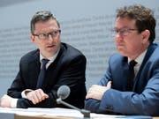 SVP-Präsident Albert Rösti (rechts) und SVP-Nationalrat Peter Keller (NW) präsentieren das neue Parteiprogramm. (Bild: KEYSTONE/ANTHONY ANEX)