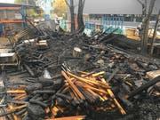 Auch ein Holzunterstand ging in Flammen auf.