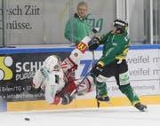 Thurgaus Michael Loosli (rechts) setzt sich in einem spektakulären Zweikampf gegen Jari Allevi an der Bande durch. (Bild: Mario Gaccioli)