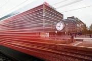 Ein Zug fährt an der grossen Bahnhofsuhr vor dem Hauptsitz der SBB in Bern vorbei. (Bild: Christian Beutler/KEY (Bern, 2. Oktober 2014)