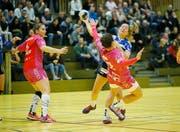 Die Zugerin Jacqueline Hasler-Petrig am Ball, vor ihr Soka Smitran von Spono. (Bild: Stefan Kaiser (Zug, 9. Januar 2019))