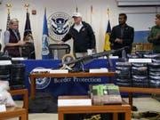 Auf einem Tisch vor Präsident Donald Trump hatten die Sicherheitskräfte Drogen, Waffen sowie eine Plastiktüte mit Geld aufgestellt, um zu illustrieren, was an der Grenze beschlagnahmt wird. (Bild: Keystone/AP/EVAN VUCCI)