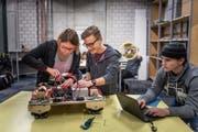 Die Jugendlichen haben einen Prototyp der Kantonsschule Glarus neu verkabelt. (Bild: Bilder: Michel Canonica)