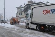 Nur dank der spontanen Hilfe eines Strassenunterhalt-Mitarbeiters mit seinem Salz-streu-Fahrzeug kann sich der stecken gebliebene LKW befreien. Bilder: (Hans Suter)