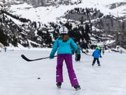3600 Unfälle ereignen sich jedes Jahr auf Schweizer Eis. Wer beim Eislaufen einen Helm trägt, vermindert laut bfu das Risiko von schweren Kopfverletzungen. (Bild: KEYSTONE/PETER KLAUNZER)