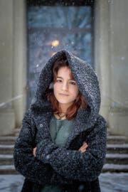 «Das ist Wetter, nicht Klima»: Miriam Rizvi im Schneegestöber vor der Kanti am Burggraben in St.Gallen. (Bild: Urs Bucher)