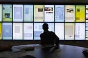 Ein Journalist schaut die digitale Blattplanung in der Redaktion der Aargauer Zeitung an. (Bild: Gaetan Bally/Keystone (Aarau, 13. Januar 2012)