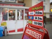 Swisslos und die Loterie Romande haben im letzten Jahr 31 neue Lottomillionäre produziert. Viermal lachte das Millionenglück 2018 einem Schweizer Tipper bei EuroMillions, einmal bei der Pferdewette von PMU. (Bild: KEYSTONE/GIAN EHRENZELLER)