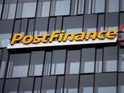 Immer mehr Schweizer Banken denken über die Weitergabe der Negativzinsen an ihre Kunden nach. Die Postfinance hatte vor kurzem ihre Gebühren erhöht. (Bild: KEYSTONE/PETER KLAUNZER)