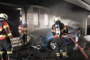 Die Feuerwehr konnte den Brand des Autos löschen. (Bild: Schwyzer Polizei)