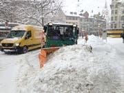 Schneeräumung am Donnerstagmittag auf dem Marktplatz. (Bild: Reto Voneschen - 10. Januar 2019)